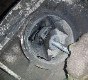 Лопнутая подушка двигателя