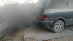 Черный дым двигателя