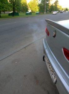прозрачный дым двигателя