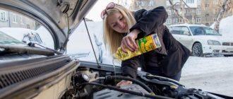 девушка льет масло